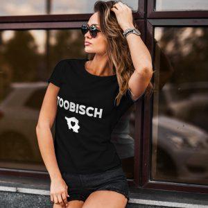 Saarland Model mit schwarzem T-Shirt auf dem das saarländische Wort Toobisch steht.
